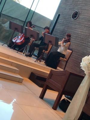右手にバイオリンとチェロ